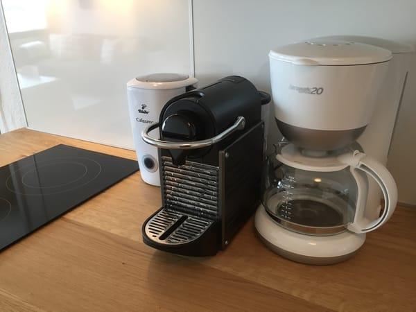 ... Espressomaschine (Nespresso), Milchaufschäumer, Filterkaffeemaschine und jede Menge Kleinkram
