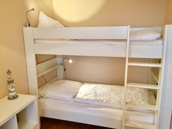 Großes Etagenbett 90 x 200 cm im Schlafzimmer (zugelassen und bequem auch für Erwachsene) mit Kaltschaumatratzen und Matratzenschonern