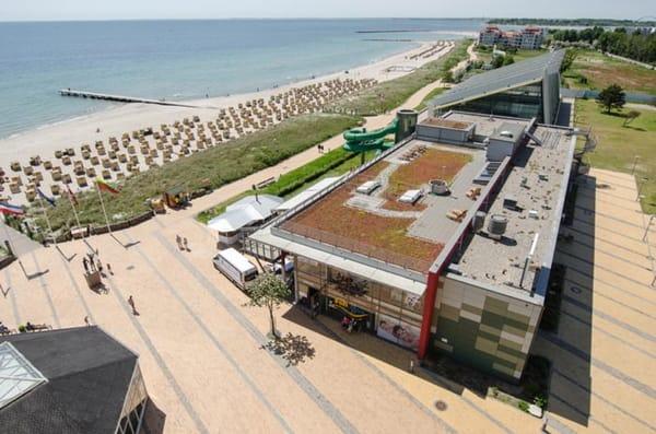 """An der Südstrandpromenade - in bequemer fußläufiger Entfernung - liegt auch das Erlebnisbad """"FehMare"""" mit Wellenbetrieb, Kinder- und Saunabereich"""