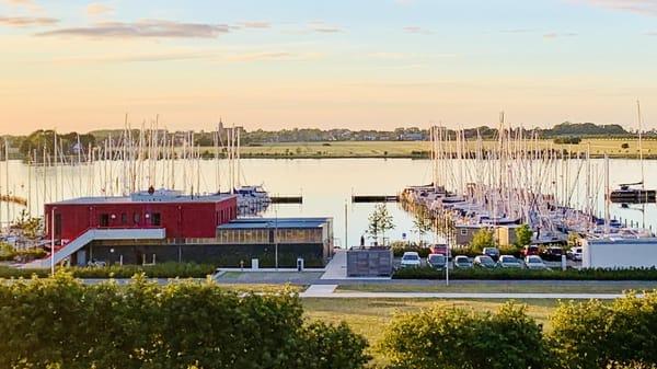 Man blickt herrlich über den Yachthafen hinweg bis nach Burg