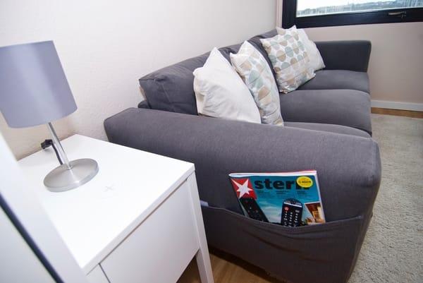 Couch mit integrierten Taschen und Tischchen mit Ladefunktion für Smartphones per USB oder Induktion