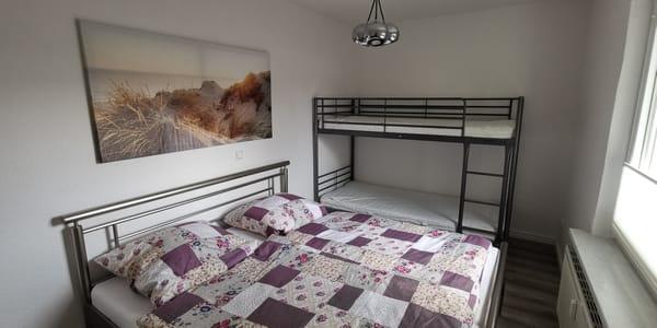 Schlafzimmer mit Doppelbett und Etagenbett