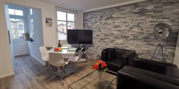 Wohnzimmer mit Bio Kamin und Essecke