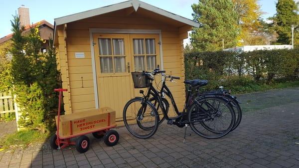 Fahrradschuppen, 2 Fahrräder und Bollerwagen