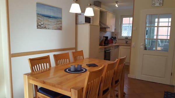 Esstisch und Küchenbereich