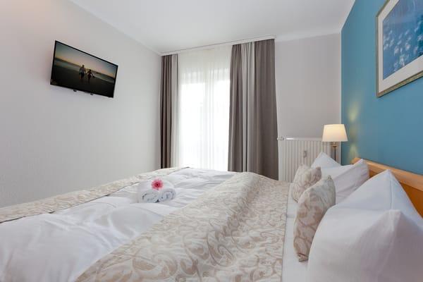 Dort befinden sich ein Schlafzimmer mit Doppelbett (200 x 210 cm / zwei getrennte Matratzen) und TV...