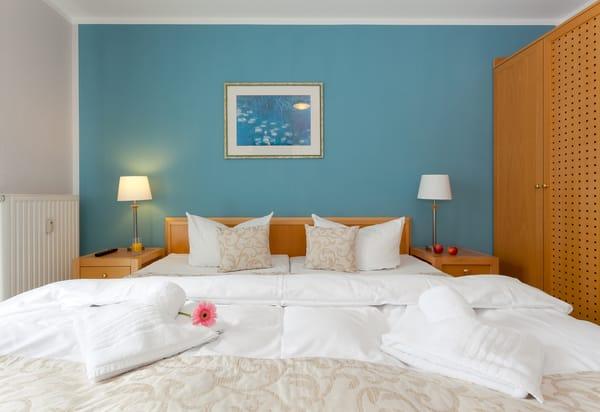 Ein Tiefgaragenstellplatz (Einfahrtshöhe 2,10m)  im Haus und ein WLAN-Zugang steht kostenfrei während Ihrer Urlaubszeit mit zur Verfügung.