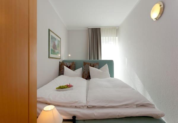 ... sowie ein weiteres kleineres Zimmer mit Boxspringbett (160 x 200cm / durchgehende Matratze)