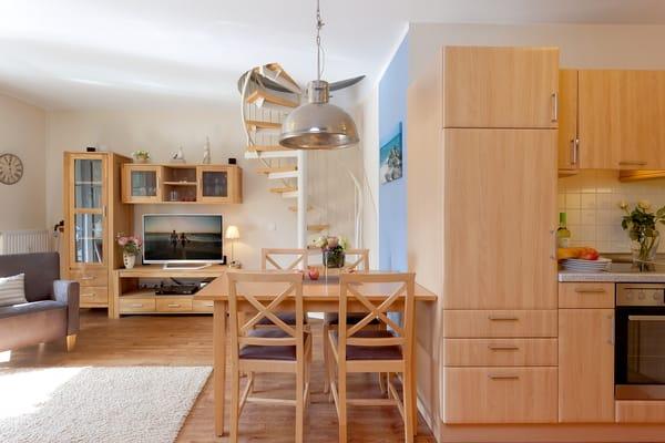 Im Wohnzimmer befindet sich eine vollwertige Küchenzeile (mit 4-Plattenceranherd, Backofen, Mikrowelle, Kühlschrank mit Gefrierfach, Spülmaschine etc.),