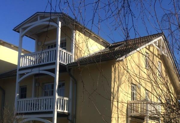 Außenansicht der Wohnung im 1 OG mit zwei Balkonen
