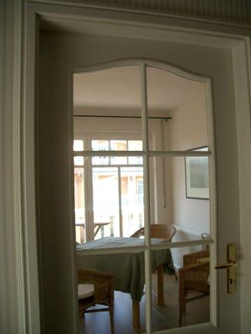 Blick vom Flur zum Wohnzimmer
