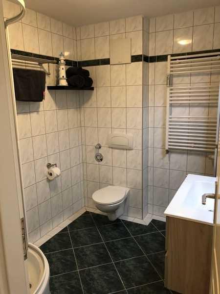 Blick in das Badezimmer mit Handtuchtrockner