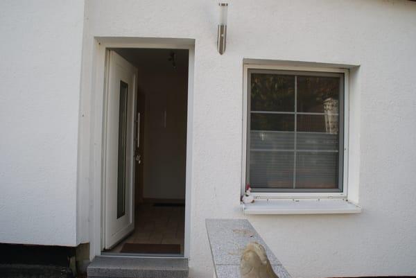 Eingang mit kleinem Flur und Fenster vom Bad