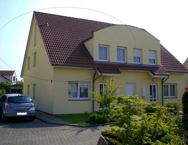 Haus Nordseite mit Parkplatz