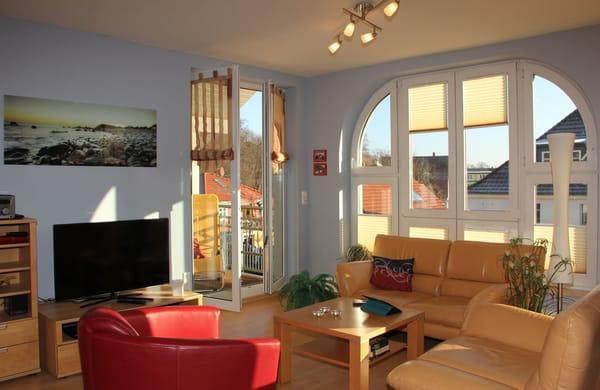 Wohnraum mit dem einem Balkon und dem Studiofenster