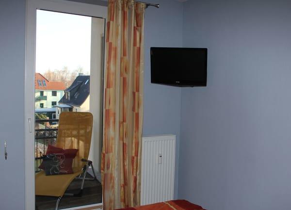 Schlafzimmer mit TV und DVD