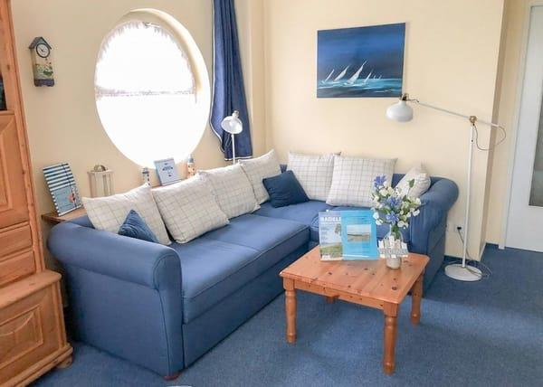 Das Sofa im Wohnzimmer läßt zum Bett für zwei Erwachsene ausziehen