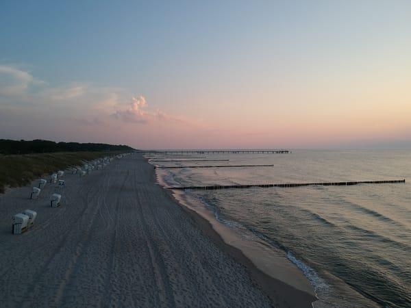 Blick den Strand entlang, Richtung Seebrücke