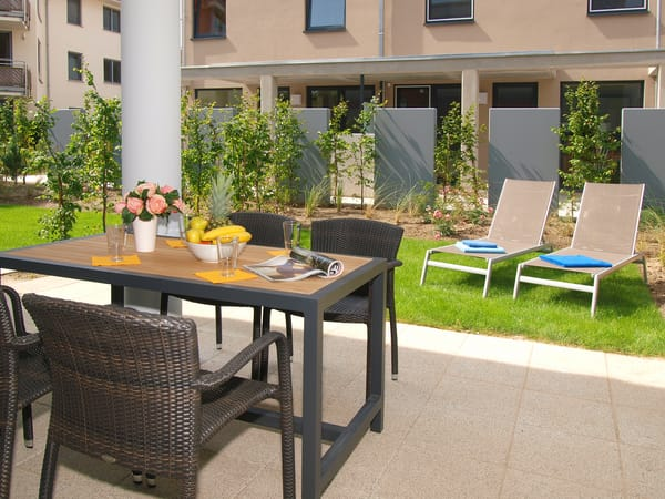 Vom Wohnzimmer erreichen Sie Ihre private Südterrasse, die zum Sonnenbaden oder zur abendlichen Spielrunde mit Blick ins Grüne einlädt.