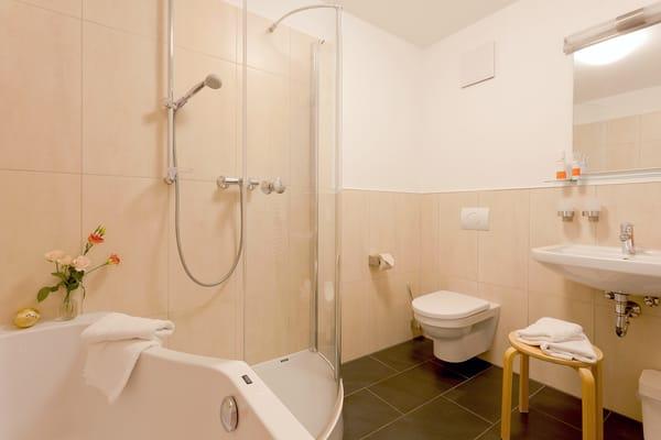 Das Badezimmer befindet sich ebenfalls im Obergeschoss und ist mit Badewanne, Dusche, WC, Haartrockner und einer Waschmaschine ausgestattet.