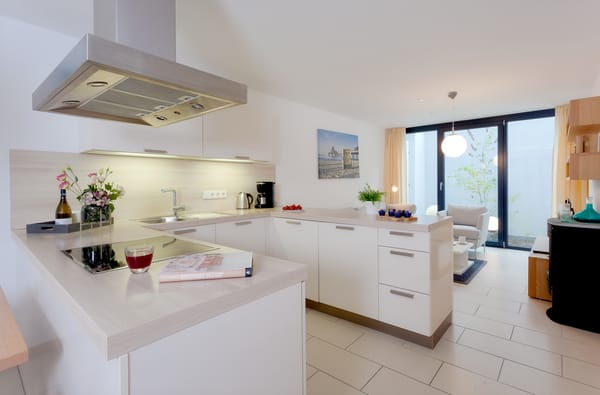 Im Erdgeschoss befindet sich zudem die moderne Einbauküche, die für die Zubereitung Ihrer Lieblingsspeisen rundum ...