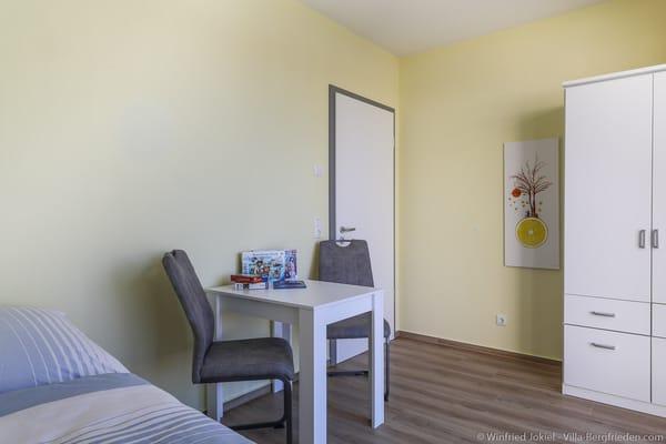Schlafzimmer 2 mit Tisch und 2 Stühle
