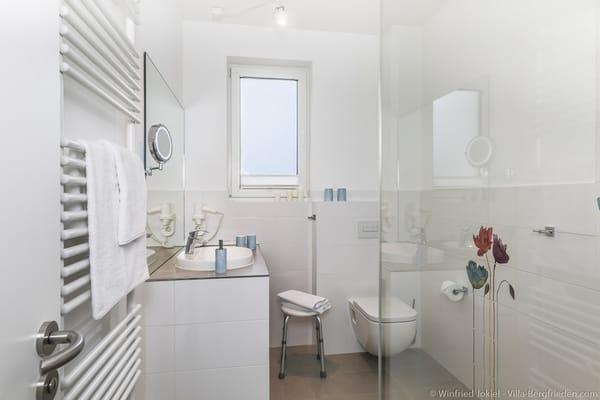 Bad mit Dusche und Glastrennwand