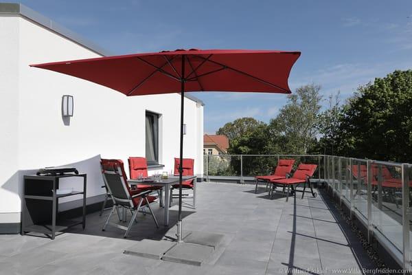 Dachterrasse mit Sonnenschirm