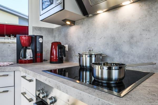 Küche mit Herd und Mikrowelle