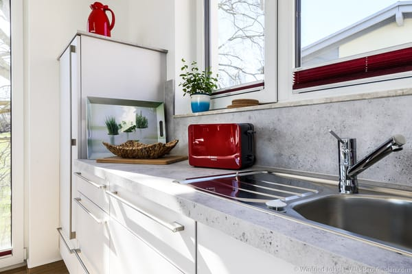 Küche mit Kühlschrank und Spülmaschine
