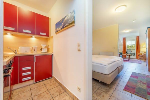 Die Küchenzeile ist ausgestattet mit Backofen, Ceranfeld, Kühlschrank mit Gefrierfach ...