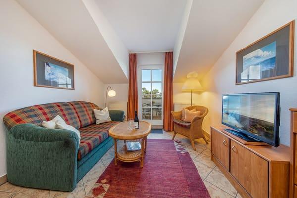 Hier das Wohnzimmer mit Austritt zum Balkon.