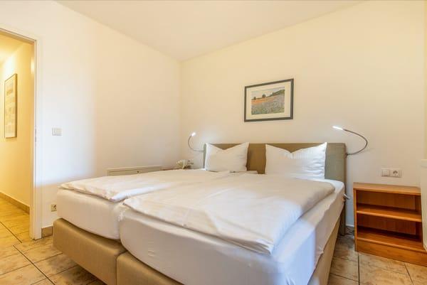 Blick vom Schlafbereich Richtung Flur, in dem sich die Küchenzeile befindet.