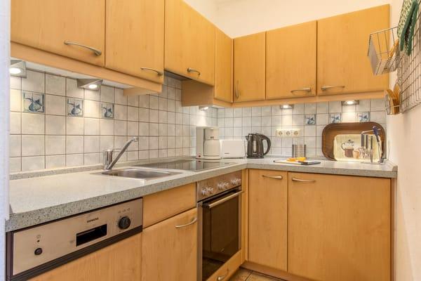 ...Geschirrspüler, Kühlschrank mit Gefrierfach, Cerankochfeld etc.