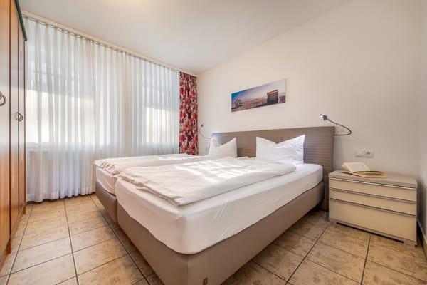 Das Schlafzimmer hat ein komfortables Doppelbett (2x2m) ...