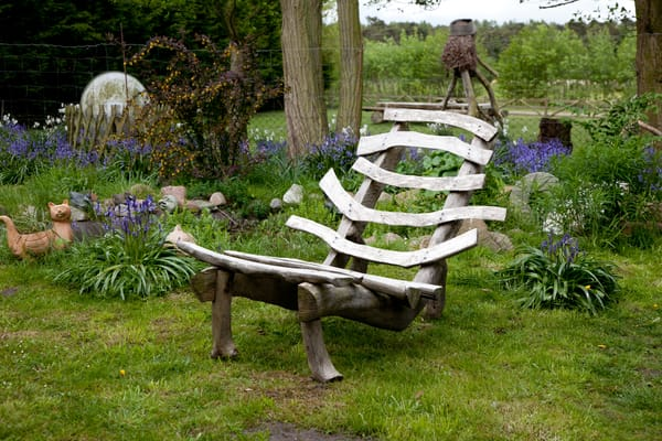 Wildholzmöbel im Garten.