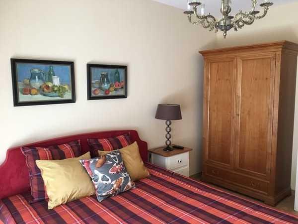 Schlafzimmer. Doppelbett mit 2 Matratzen (Härtegrad: H2, H3) und TV.