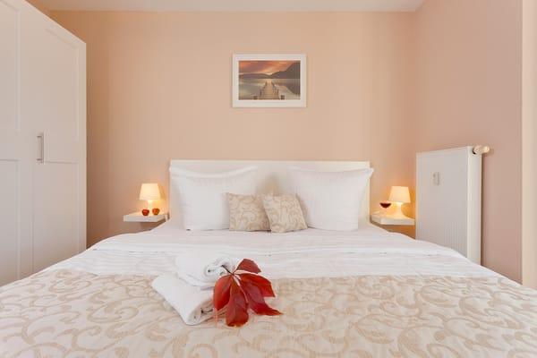 ...und beginnen Sie so erholt einen neuen Urlaubstag. Die Schlafcouch im Wohnbereich lässt sich im Handumdrehen für die dritte und vierte Person in ein weiteres Schlafgemach umwandeln.