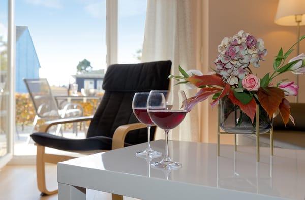 ... Auf dem Sofa können Sie Ihre Lieblingsserie vor dem Flat-TV verfolgen oder auch Ihren Gedanken beim Blick auf die Terrasse und ins Grüne in aller Ruhe freien Lauf lassen.