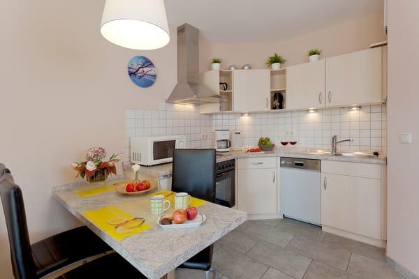 Die gut ausgestattete Küche (Geschirrspüler, Kühlschrank, Backofen, Wasserkocher, Toaster, Kaffeemaschine, Ceranfeld) ...