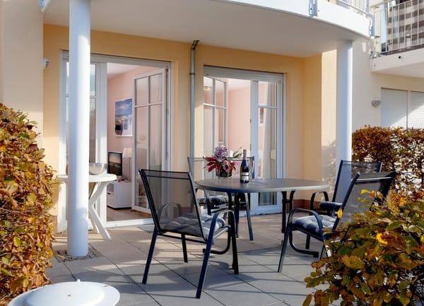 Vom Wohnzimmer erreichen Sie Ihre private Sonnenterrasse, ...
