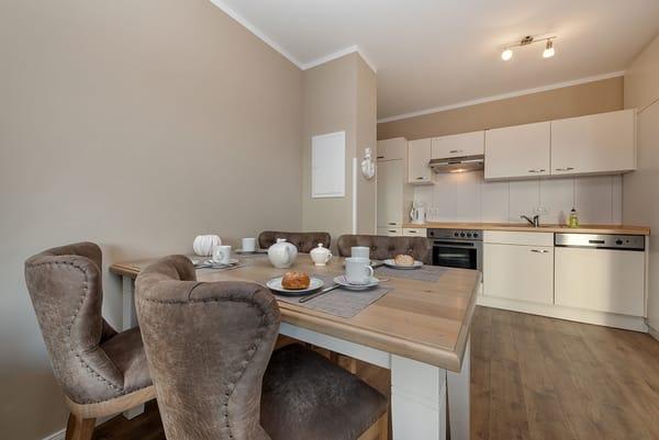 Die Küchenzeile ist komplett ausgestattet mit Geschirrspüler ...