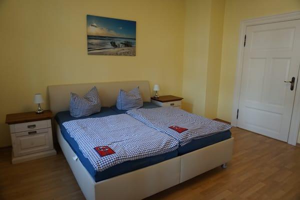 Schlafzimmer mit Bett 1,80m breit