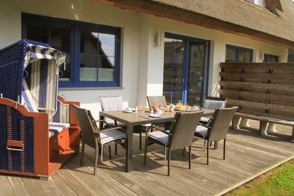 Terrasse mit Möbel und Strandkorb