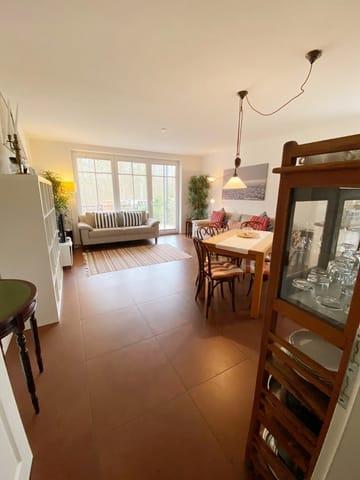 Wohnbereich mit Einbauküche und Essplatz