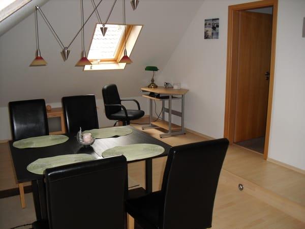 Essbereich mit Schreibtisch