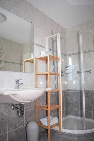 Badezimmer mit WC, Badewanne und Dusche