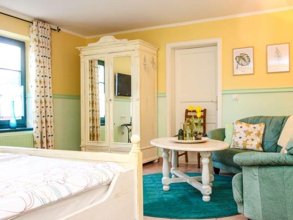 Schlafzimmer, Sofa mit Ruhe- und Klöneckchen
