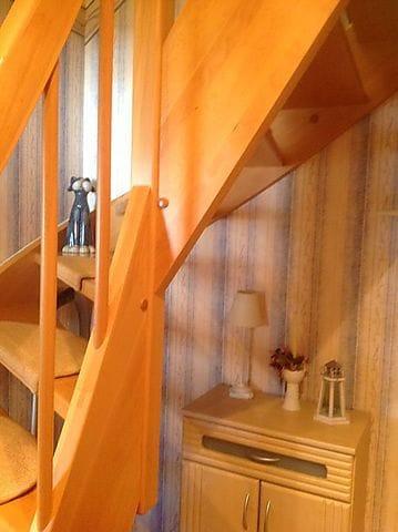Flur mit Treppe zu den Schlafräumen.