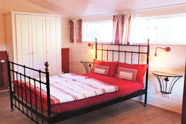 2. Schlafzimmer . .